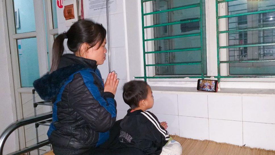 Đang ở trong bệnh viện, hai mẹ con Phật tử cũng hướng về Sư Phụ, nghe giảng Pháp