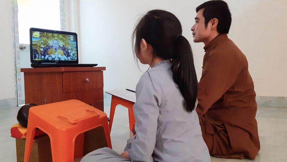 Phật tử Bùi Quốc Việt cùng con gái rất hạnh phúc khi được nghe Sư Phụ giảng Pháp qua mạng