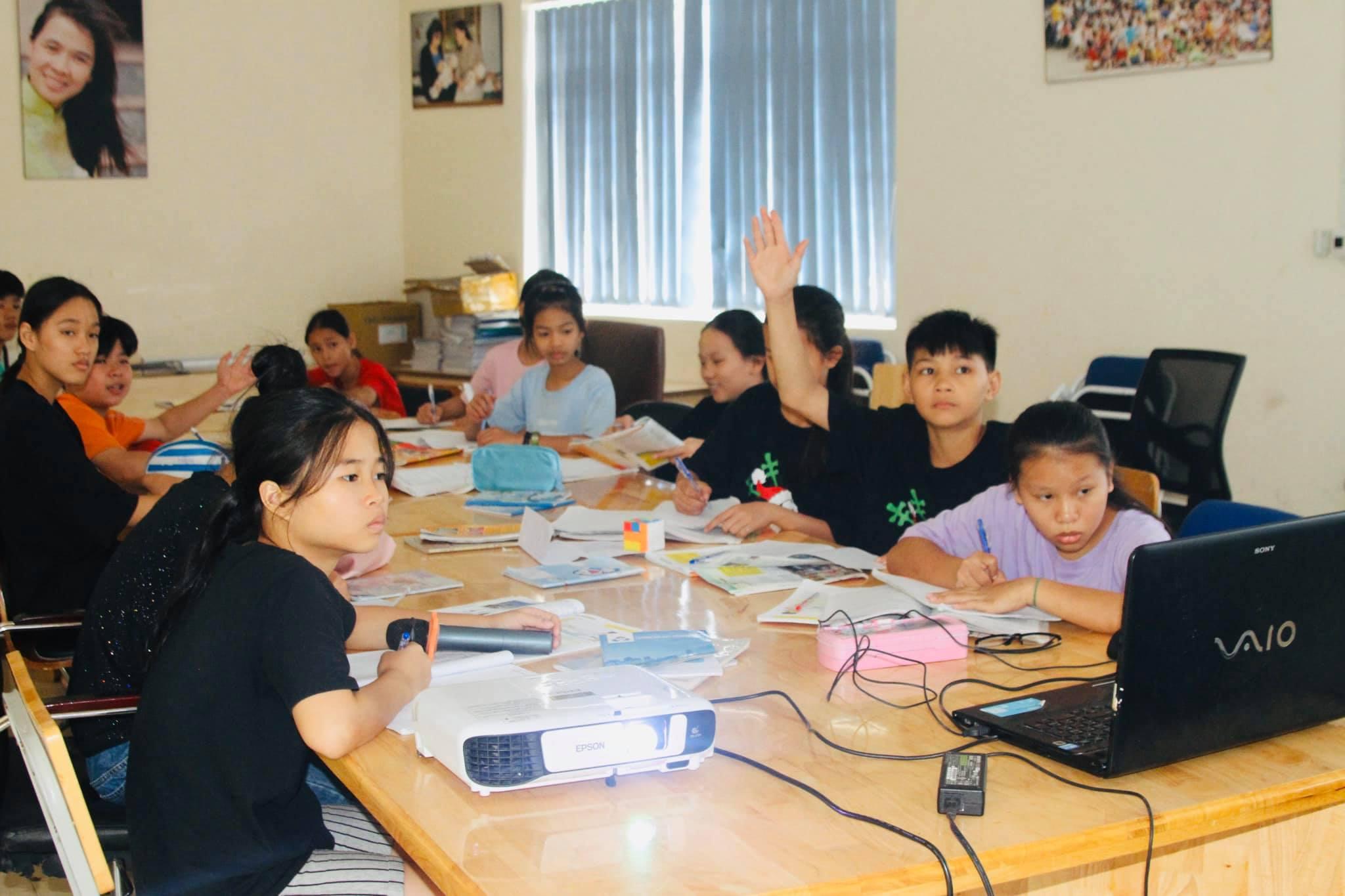 Trong mùa dịch bệnh COVID-19 các bé trong Trung tâm Nhân đạo Quê Hương không thể đến trường, tuy nhiên các bé đã được học tập online ngay tại mái nhà chung của mình bằng những thiết bị mua được từ sự giúp đỡ, sẻ chia của Sư Phụ Thích Trúc Thái Minh