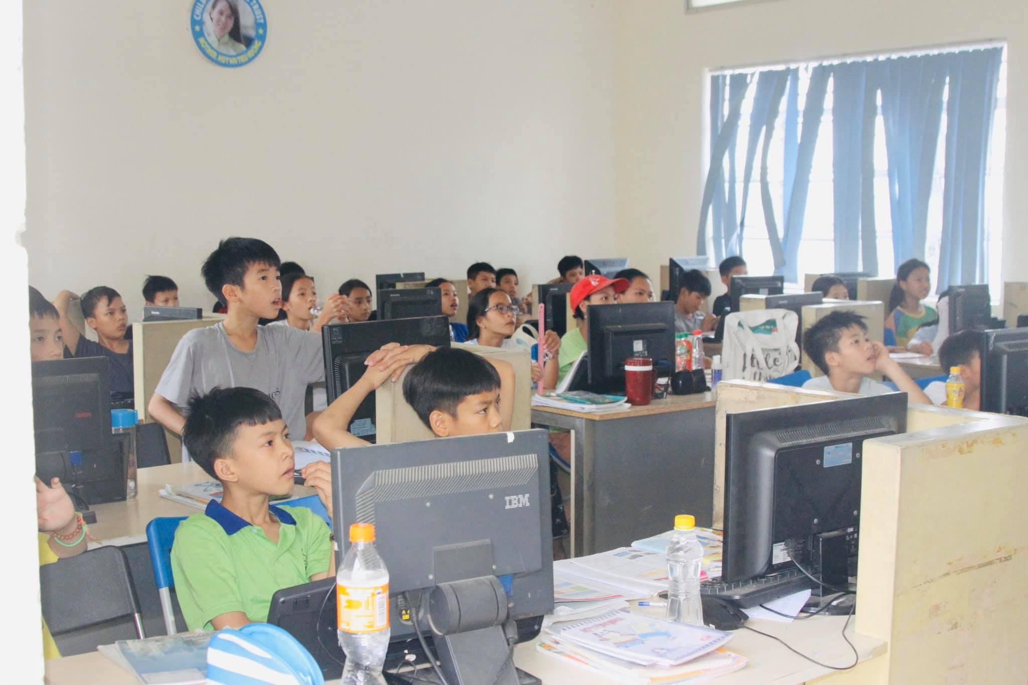 Vì dịch bệnh COVID-19 mà các bé trong Trung tâm Nhân đạo Quê Hương không thể đến trường, tuy nhiên các bé đã được học tập online ngay tại mái nhà chung của mình bằng những thiết bị mua được từ sự giúp đỡ, sẻ chia của Sư Phụ Thích Trúc Thái Minh