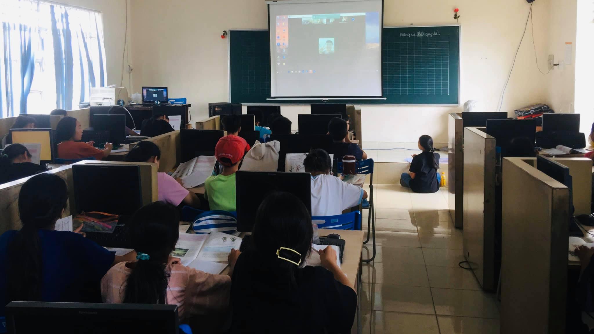 Các bé tại Trung tâm Nhân đạo Quê Hương học tập online trong mùa dịch bằng những thiết bị mua được từ sự giúp đỡ, sẻ chia của Sư Phụ Thích Trúc Thái Minh