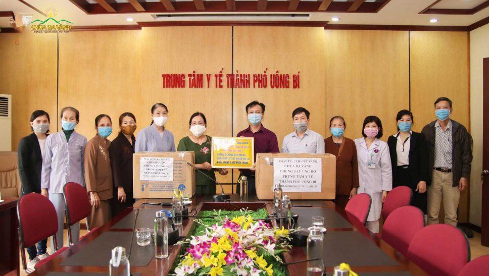 Ban lãnh đạo trung tâm cũng gửi lời cảm ơn sâu sắc tới Thầy Thích Trúc Thái Minh cùng các quý Thầy và CLB Cúc Vàng - Tập Tu Lục Hòa vì món quà ý nghĩa và sự quan tâm, chung tay, góp sức của những người con Phật cùng với các cán bộ y tế trong mùa dịch