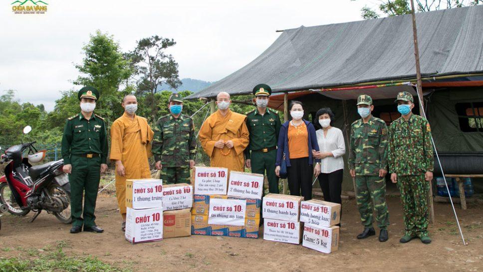 Sư Phụ cùng chư Tăng chùa Ba Vàng trực tiếp đến thăm và tặng quà, động viên tinh thần các chiến sĩ đang canh gác tại chốt số 10 của Đồn Biên phòng Cửa khẩu Hoành Mô