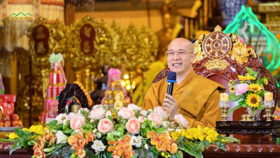 Thầy Thích Trúc Thái Minh - Trụ trì chùa Ba Vàng phát biểu chúc xuân trong Lễ Khai hội 2018