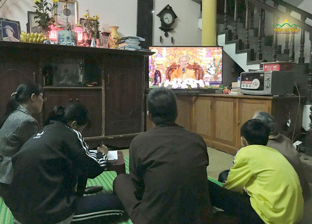 Gia đình Phật tử cùng nhau lắng nghe những lời Pháp nhũ từ Sư Phụ Thích Trúc Thái Minh