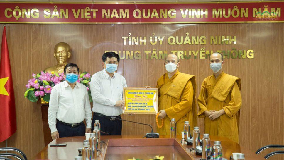 Chùa Ba Vàng hỗ trợ vật tư y tế cho cán bộ phóng viên tại Trung tâm Truyền thông Quảng Ninh tác nghiệp chống dịch COVID-19