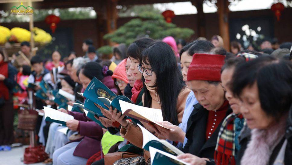 Phật tử chùa Ba Vàng đọc tụng kinh Dược Sư trong buổi lễ Đàn lễ Dược Sư - cầu Quốc thái dân an, Tiêu tai diên thọ ngày 24/2/2018 (ảnh minh họa)