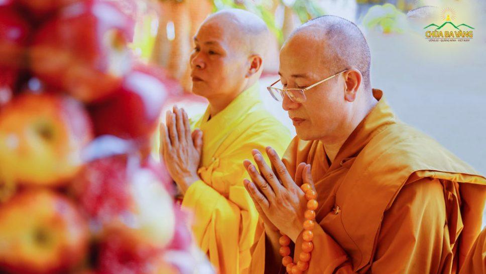 Nếu chỉ cầu nguyện suông thì không được lợi ích, cần chú ý 5 điểm sau để thành tựu như lời nguyện