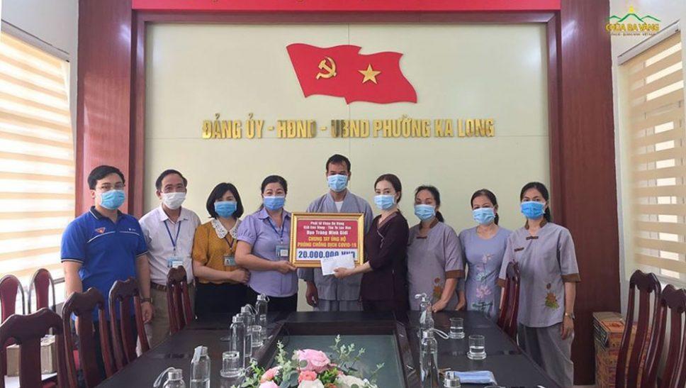 Tại UBND phường Ka Long, Phó chủ tịch UBND phường Ka Long - bà Đỗ Bích Hoàn (thứ 4 từ trái vào) cùng Chủ tịch Ủy ban MTTQ phường Ka Long - bà Tô Thị Hải Thanh vui mừng đón nhận những phần quà thiết thực từ đạo tràng Minh Giới