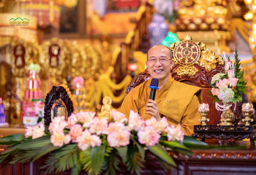 """Sư Phụ Thích Trúc Thái Minh trong buổi giảng Pháp trực tuyến với chủ đề """"Cầu nguyện, tụng kinh Tam Bảo (kinh Paritta) với đầy đủ đức tin để vượt qua đại dịch COVID-19"""""""