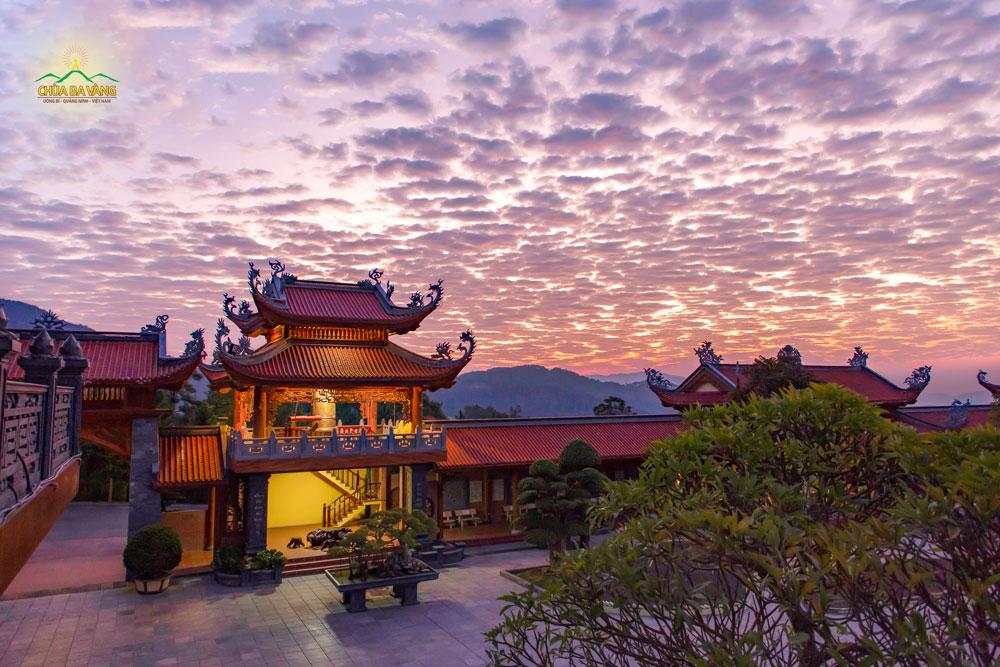 Tại vị trí tầng 2 chính điện nhìn ra, cảnh bình minh chùa Ba Vàng đẹp như tranh vẽ, lung linh và huyền ảo