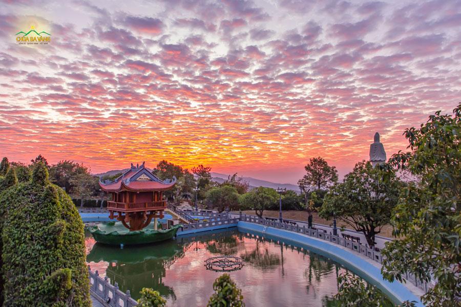 Tại vị trí Hồ Bán Nguyệt chùa Ba Vàng, cảnh bình minh trên non thiêng Thành Đẳng in bóng trên mặt hồ