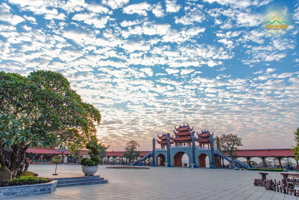 Bình minh tại sân chính điện chùa Ba Vàng