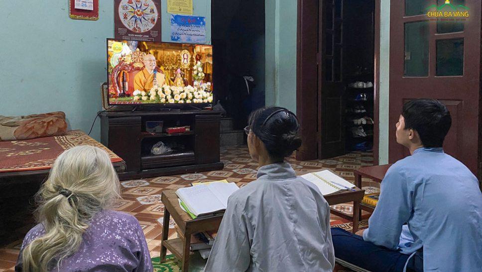 Gia đình Phật tử chăm chú lắng nghe những lời Pháp nhũ từ Sư Phụ Thích Trúc Thái Minh
