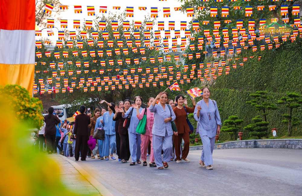 Tinh thần Phật Đản muôn năm luôn luôn sục sôi trong mỗi Phật tử chùa Ba Vàng (ảnh trước thềm Đại lễ Phật đản chùa Ba Vàng năm 2019)