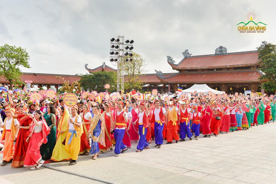 Chùa Ba Vàng tổ chức đi diễu hành trong ngày lễ Phật đản vào năm 2019
