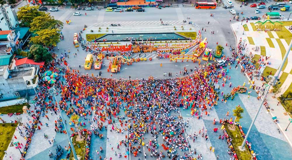 Lễ diễu hành xe quanh thành phố Uông Bí được chùa Ba Vàng tổ chức trong ngày lễ Phật đản năm 2019