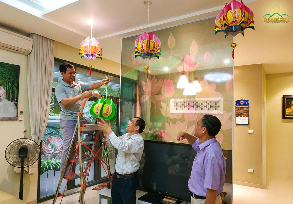 Phật tử chùa Ba Vàng trang trí nhà cửa hưởng ứng tinh thần đón mừng ngày lễ Phật đản (ảnh năm 2019)
