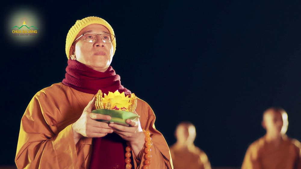 Sư Phụ Thích Trúc Thái Minh thành kính dâng lời tri ân đến Đức Bổn Sư trong đêm hoa đăng kính mừng Khánh đản
