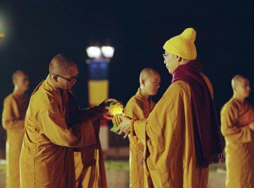 Sư Phụ truyền đăng tới chư Tăng trong đêm hoa đăng tại chùa Ba Vàng