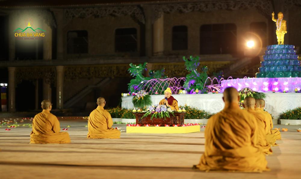 Sư Phụ Thích Trúc Thái Minh truyền trao những lời Pháp nhũ trong đêm hoa đăng tại chùa Ba Vàng