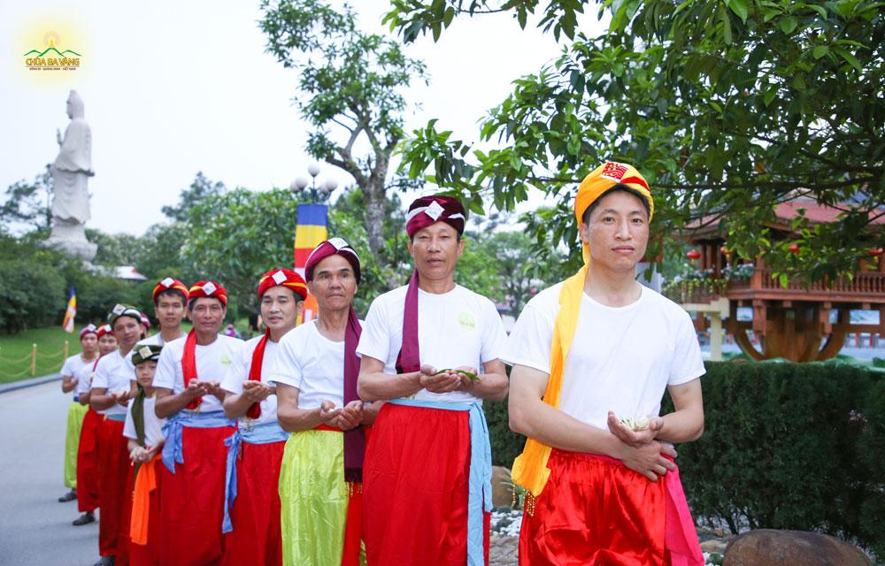 Phật tử chùa Ba Vàng chia ra thành các nhóm để đi hái hoa cúng Phật