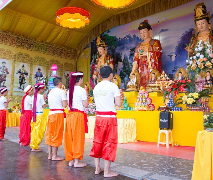Phật tử chùa Ba Vàng thành kính dâng những bông hoa tỏa ngát hương thơm để cúng dường Phật nhân ngày lễ Phật đản