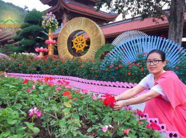 Phật tử Nguyễn Thị Nguyệt đến từ Thành phố Hồ Chí Minh vô cùng hạnh phúc khi được tham gia chương trình hái hoa cúng dường Đức Phật trong ngày lễ Phật đản