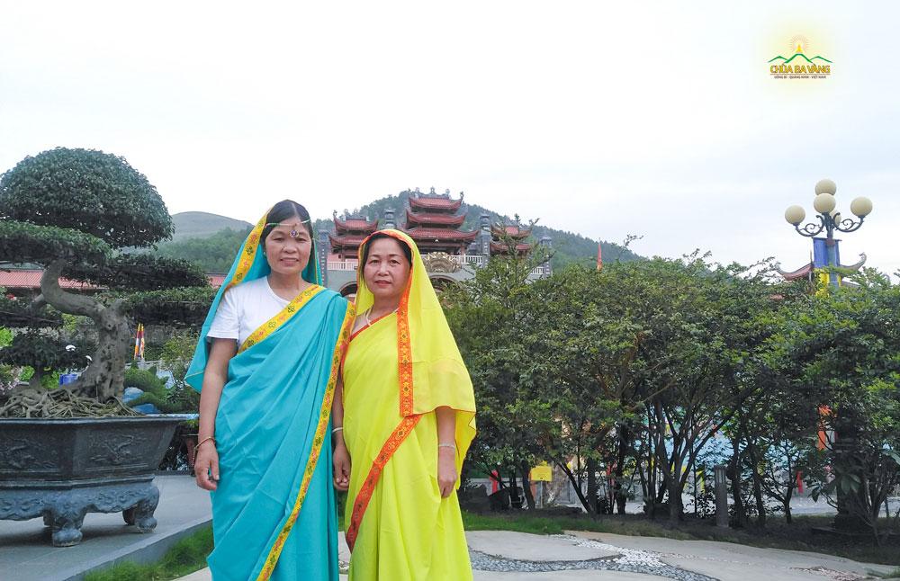 Phật tử Nguyễn Thị Thái (bên phải) chụp ảnh lưu niệm cùng đạo hữu tại chùa Ba Vàng trong ngày lễ Phật đản