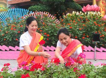 Phật tử ai nấy đều háo hức chọn những bông hoa đẹp nhất để dâng lên cúng dường Đức Thế Tôn