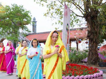 Khoác trên mình bộ trang phục Ấn Độ, các Phật tử chùa Ba Vàng ai nấy đều cảm thấy hạnh phúc khi được dâng những bông hoa để cúng dường chư Phật