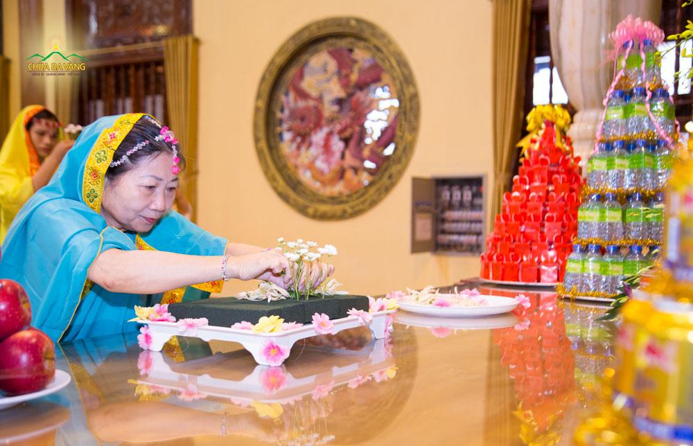 Các Phật tử thành kính dâng hoa cúng dường tại Ban Tam Bảo chùa Ba Vàng