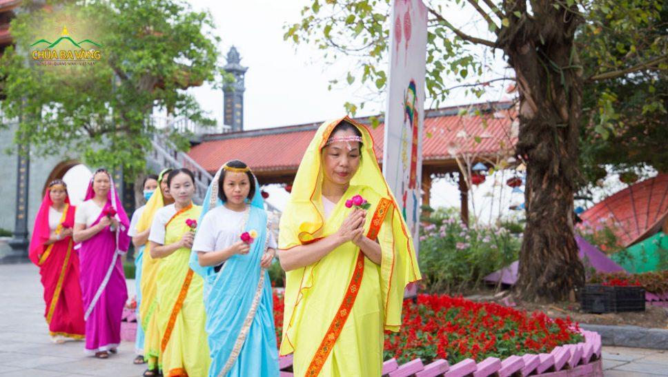 Phật tử chùa Ba Vàng hạnh phúc khi được tự tay hái hoa cúng dường chư Phật trong ngày Khánh đản