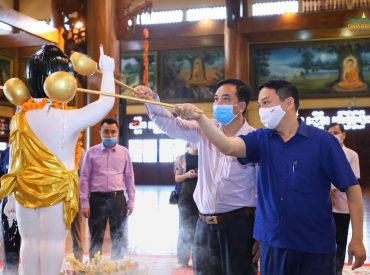 Phái đoàn thực hiện nghi lễ tắm Phật tại chính điện chùa Ba Vàng