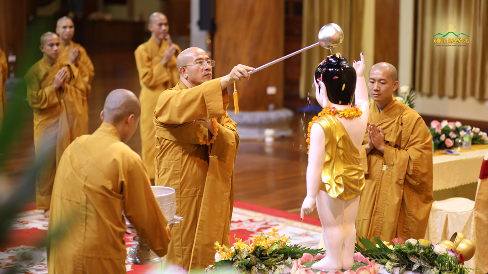 Sư Phụ Thích Trúc Thái Minh thực hiện nghi thức tắm Phật trong đại lễ Phật đản chùa Ba Vàng 2020