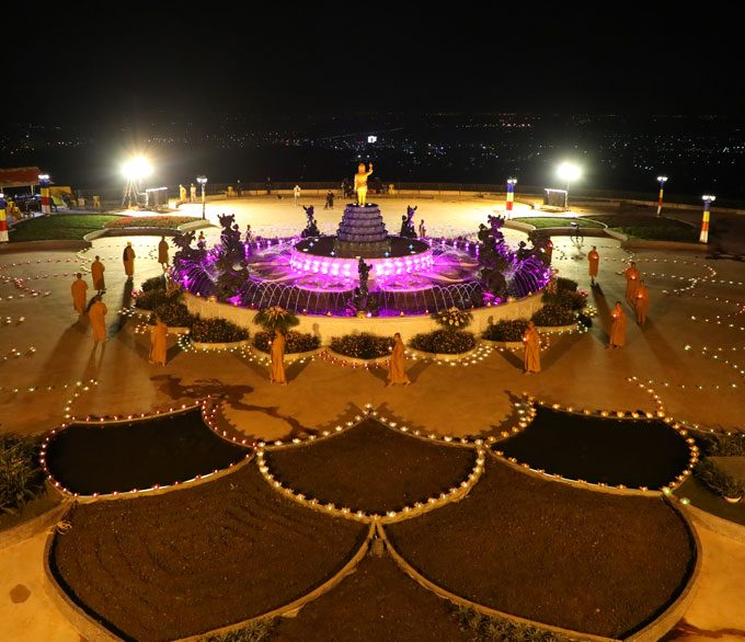 Chư Tăng chùa Ba Vàng đi nhiễu quanh tôn tượng Đức Phật sơ sinh trong đêm hoa đăng kính mừng Đại lễ Phật đản 2020