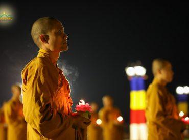 Hình ảnh ánh nến trong đêm hoa đăng như thắp lên ngọn lửa từ bi và niềm tin trí tuệ từ nơi Đức Phật
