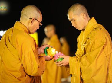 Chư Tăng chùa Ba Vàng thực hiện nghi thức truyền đăng trong đêm hoa đăng kính mừng Phật đản