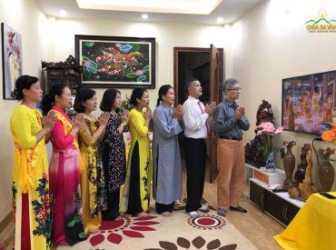 Các Phật tử chắp tay thành kính hướng lên Đức Phật trong lễ Phật đản để tỏ lòng tri ân đến sự ra đời của Ngài