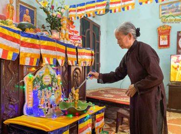 Phật tử thực hiện nghi lễ tắm Phật tại nhà