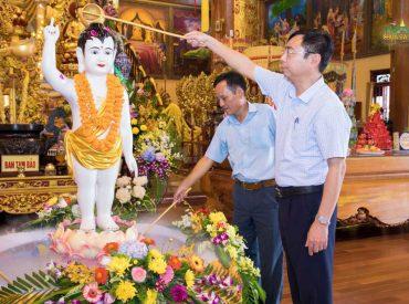 Ông Đào Ngọc Sơn - Ủy viên Ban Thường vụ, Trưởng Ban Dân vận Thành ủy, Chủ tịch Ủy ban MTTQVN thành phố Uông Bí thực hiện nghi lễ tắm Phật
