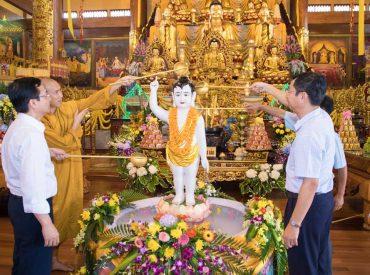 Thay mặt đại Tăng chùa Ba Vàng, Đại đức Thích Trúc Bảo Lực đã hướng dẫn phái đoàn dâng hương, lễ Phật và thực hiện nghi lễ tắm Phật tại Chính điện