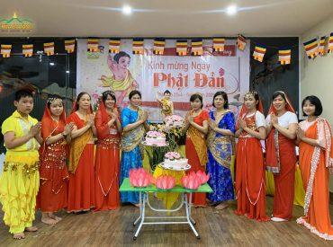 Các Phật tử trong đạo tràng Minh hậu (Hải Dương) tổ chức kính mừng Phật đản tại gia đình của mình