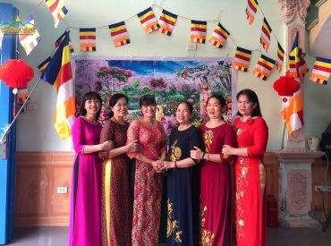 Trong ngày Tết Phật đản, các Phật tử lựa chọn cho mình bộ trang phục áo dài truyền thống