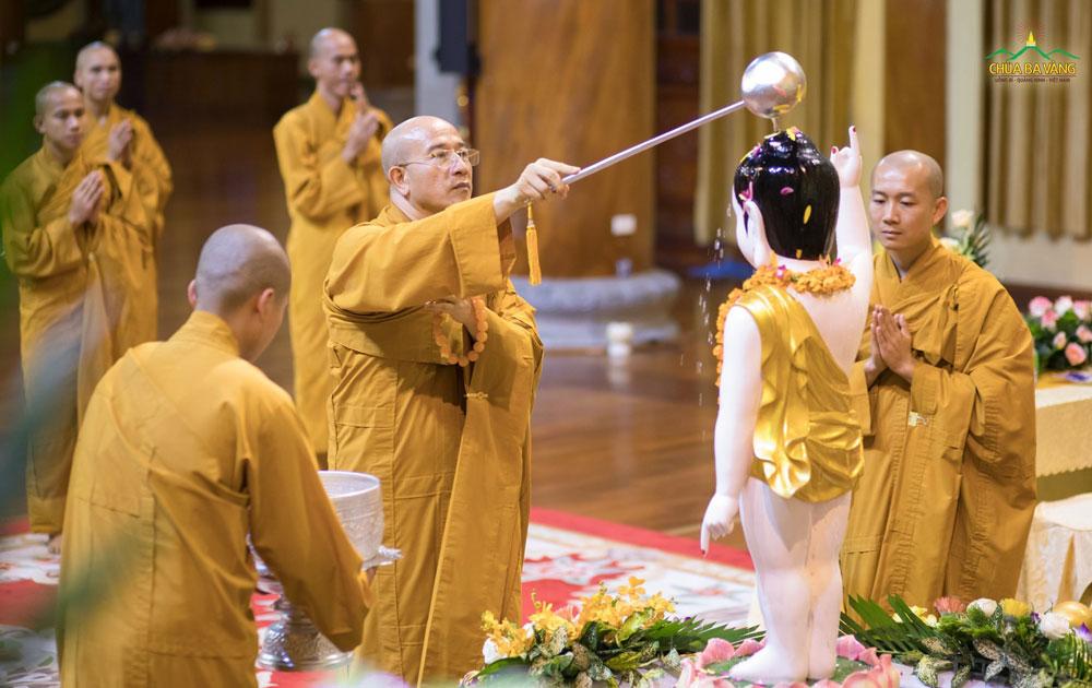 Sư Phụ Thích Trúc Thái Minh thực hiện nghi lễ tắm Phật tại Chính điện tầng 1 chùa Ba Vàng