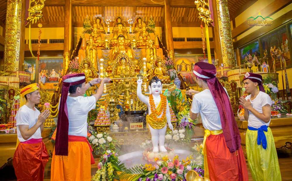 Phật tử chùa Ba Vàng thực hiện nghi lễ tắm Phật