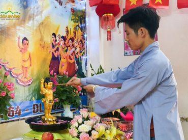 Phật tử chùa Ba Vàng cung kính thực hiện nghi lễ tắm Phật tại nhà