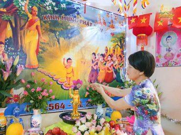 Hướng về Đại lễ Phật đản chùa Ba Vàng, Phật tử đã tổ chức lễ Phật đản tại nhà và thực hiện nghi lễ tắm Phật