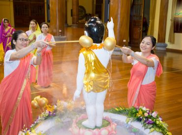 Phật tử chùa Ba Vàng hạnh phúc vì được tắm tôn tượng Đức Phật đản sinh