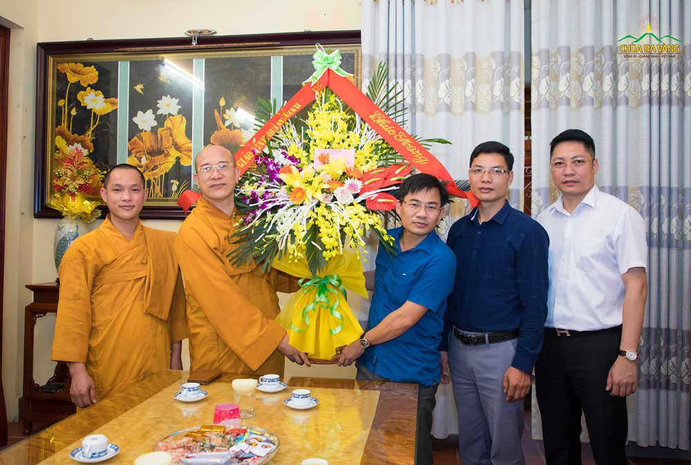 Nhân dịp Đại lễ Phật đản, đoàn lãnh đạo Ban Tôn giáo tỉnh Quảng Ninh đã đến thăm, chúc mừng Tăng Ni, Phật tử chùa Ba Vàng